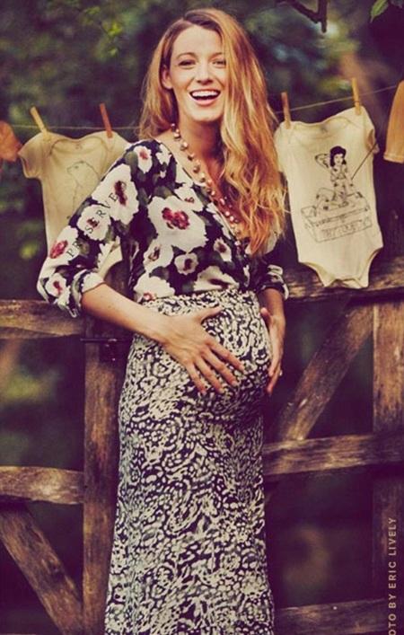 Blake Lively hạnh phúc khoe bụng bầu nhỏ xinh trong bữa tiệc mừng đứa con sắp chào đời.