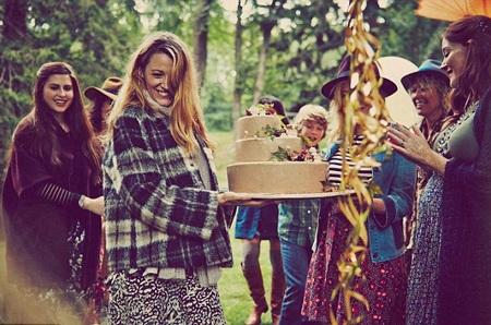 Ngôi sao tóc vàng nhận bánh gato trong tiệc mừng đứa con sắp chào đời.