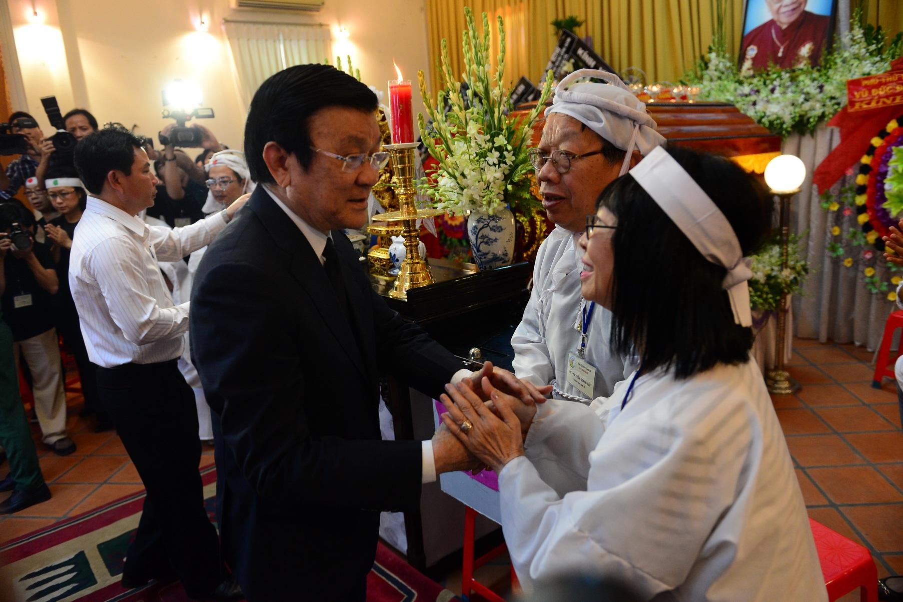Chủ tịch nước Trương Tấn Sang đến viếng và chia buồn cùng gia đình GS - TS Trần Văn Khê