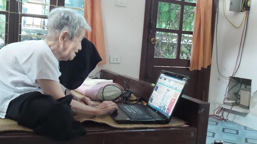 Gần 100 tuổi nhưng hàng ngày cụ Thi vẫn giữ thói quen vào mạng cập nhập tin tức