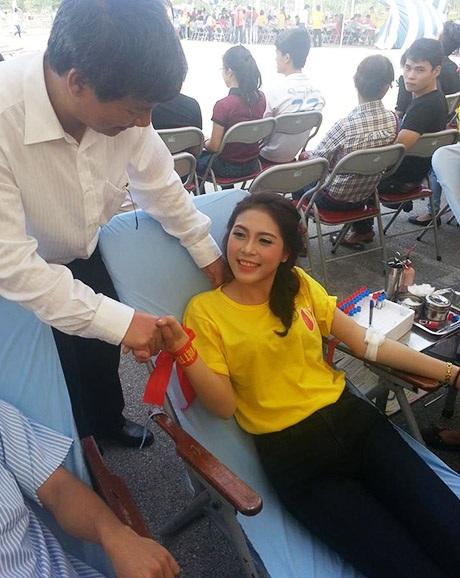 Á hậu Lò Thị Minh tham gia hiến máu (Ảnh: Người Việt trẻ)