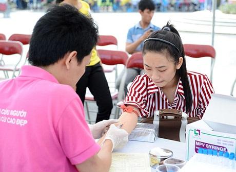 Các bạn trẻ tham gia hiến máu
