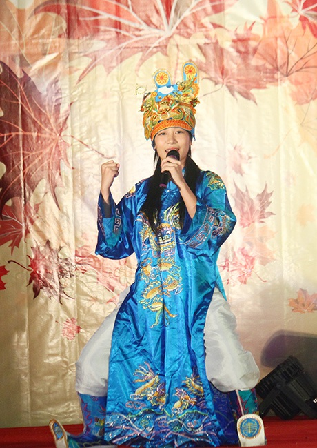 Tiếp nối chương trình là phần trình diễn trang phục dạ hội