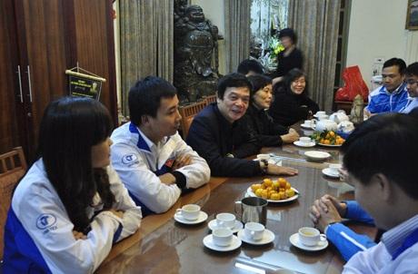 Ông Võ Điện Biên (áo đen) trò chuyện cùng thanh niên Thủ đô