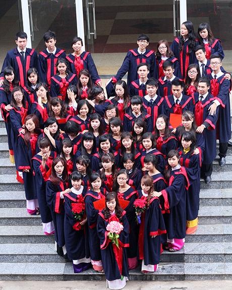 SV năm cuối trường ĐH Luật Hà Nội trong màu áo cử nhân