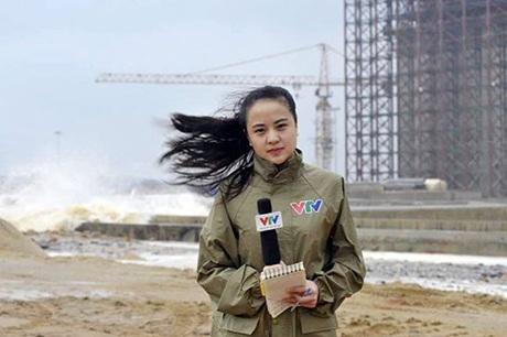 Nữ biên tập viên Ngọc Bích đưa tin từ Vũng Áng, Hà Tĩnh (Ảnh: Hoàng Anh)