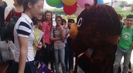 Bị tỏ tình giữa chốn công cộng gây khó xử cho con gái (Ảnh minh hoạ, nguồn Youtube)