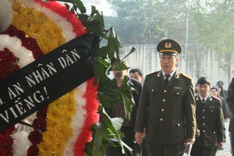 Đông đảo đồng nghiệp đã tới viếng nghệ sĩ Tuấn Dương tại Nhà tang lễ Bộ Công an