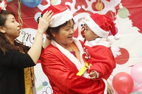 Tình nguyện viên giúp đỡ mọi người mặc đồ Giáng sinh để chụp ảnh