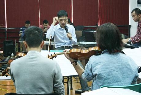 Đỗ Bảo chỉ huy dàn nhạc