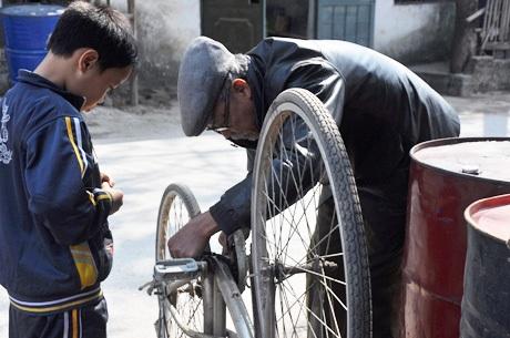 Ông Tâm sửa xe miễn phí giúp học trò