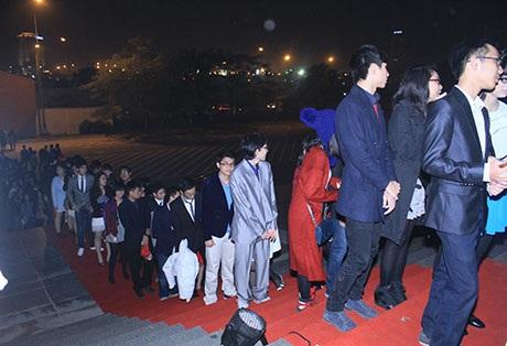 Hàng trăm học sinh chuyên Ams xếp hàng để được vào dự tiệc