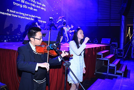 Bữa tiệc là dịp để các học sinh trổ tài đàn hát