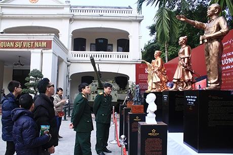 Khách tham quan chiêm ngưỡng 4 bức tượng các danh tướng