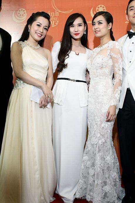 Hai nữ diễn viên từng đóng vai Vàng Anh- Minh Hương và Hoàng Thùy Linh chụp ảnh cùng Lã Thanh Huyền