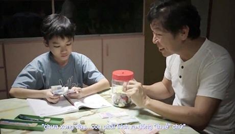 Người cha đã tặng cho con trai món quà quý giá là những bài học làm người (Ảnh chụp từ clip)