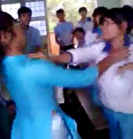 Nữ sinh đánh bạn trong lớp học, trước sự chứng kiến của các bạn (Ảnh chụp màn hình)