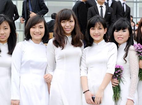 Nữ sinh trường Ams diện áo dài trắng tinh khôi