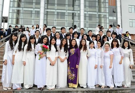 Toàn khối 12 trường Ams chụp ảnh lưu niệm nhân Ngày hội áo dài