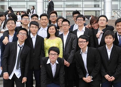 Thầy cô cũng tham gia Ngày hội áo dài cùng các học trò