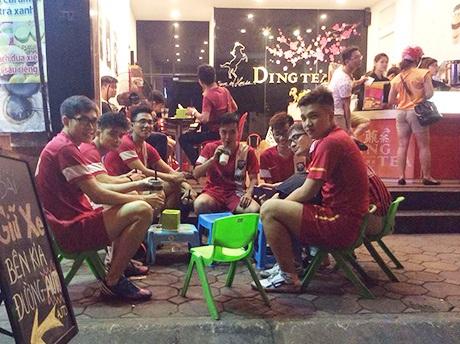 Một nhóm khách hàng thân thiết của Ding Tea