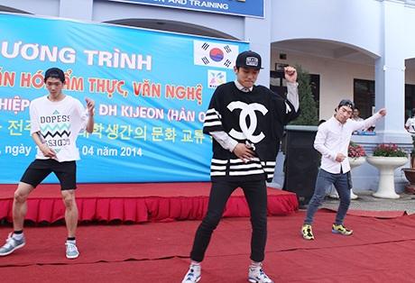 Nữ sinh chết mê điệu nhảy của các nam sinh Hàn Quốc