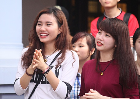 Trong khi các chàng trai xứ Hàn diễn, nữ sinh ĐH Công nghiệp cổ vũ rất nhiệt tình