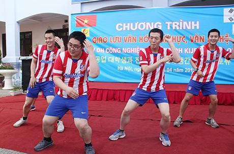 Các nam sinh trong một điệu nhảy rất hài hước thể hiện tinh thần yêu thể dục thể thao của Hàn Quốc