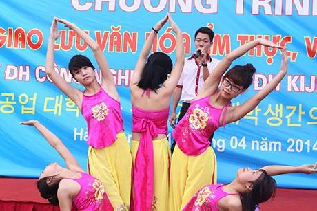 Xen giữ các tiết mục hiện đại là những màn múa đậm đà truyền thống của Việt Nam