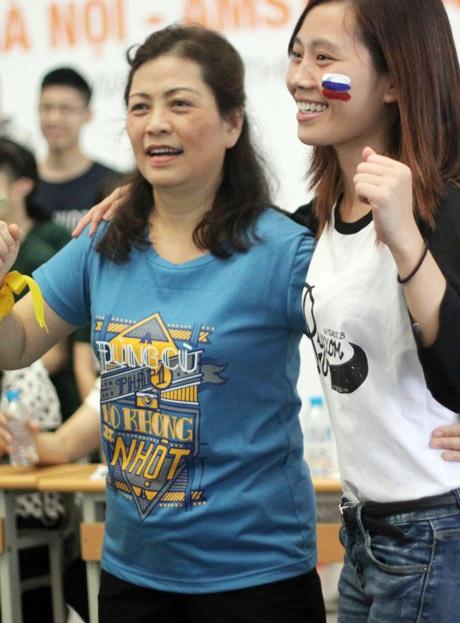 Trong khi các giáo viên chủ nhiệm lớp, khoa hăng hái tham gia vui chơi cùng học trò
