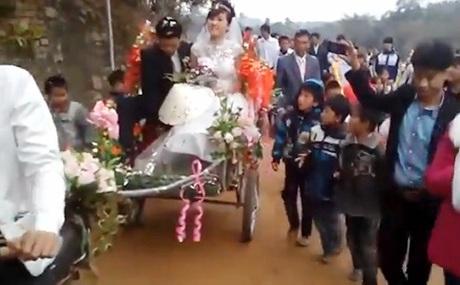 Cô dâu và chú rể trên chiếc xe cải tiếnđộc đáo