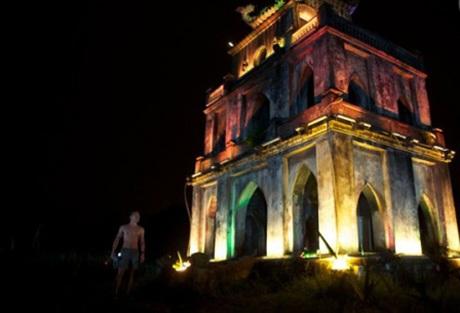 Chàng trai trẻ bơi ra Tháp Rùa, Hồ Gươm giữa đêm (Ảnh Hoàng Nam)