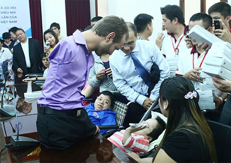 Anh tận tình thăm hỏi những người khuyết tật về những khó khăn trong cuộc sống