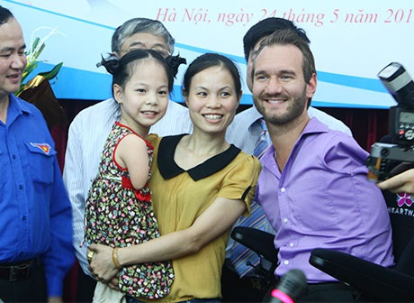 Nick gặp lại bé Linh Chi và tặng quà cho bé