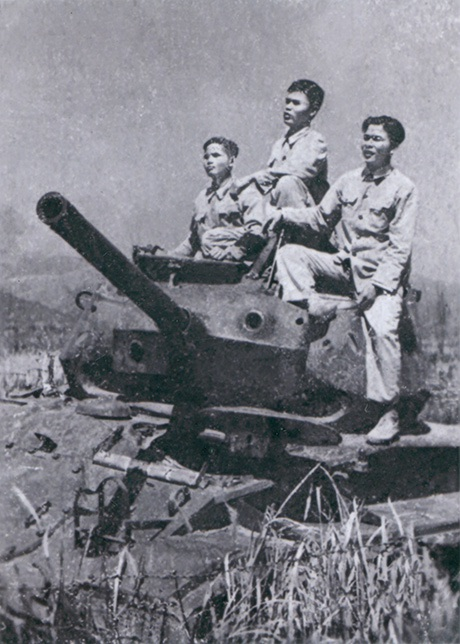 Chiến sĩ Thanh Hoá chụp ảnh bên chiến lợi phẩm tại chiến trường Điện Biên Phủ, năm 1954