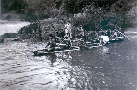 Nhân dân các dân tộc Thanh Hóa vận tải lương thực bằng bè mảng vượt sông Mã lên Điện Biên Phủ 1954
