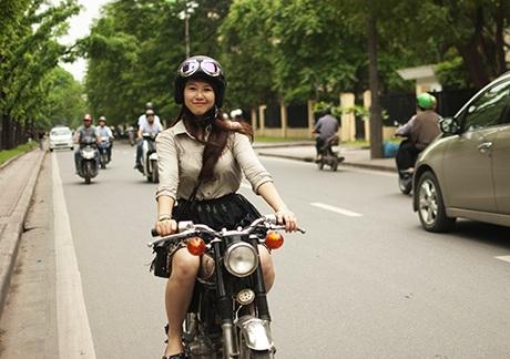 Thuỳ Trang đi chiếc xe Honda 67 yêu thích