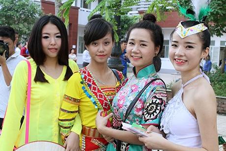 Thí sinh trước giờ vào thi năng khiếu tại ĐH Văn hóa Hà Nội.