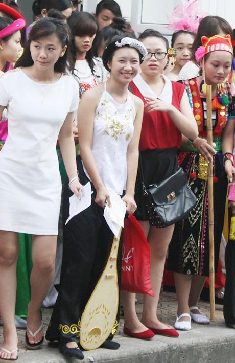 Ngoài trang phục, các thí sinh cũng mang theo rất nhiều đạo cụ. Từ cây đàn tì bà...