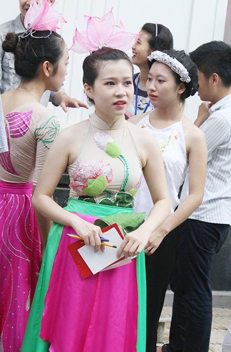 Thí sinh mặc trang phục múa được đầu tư công phu cho phần thi năng khiếu.