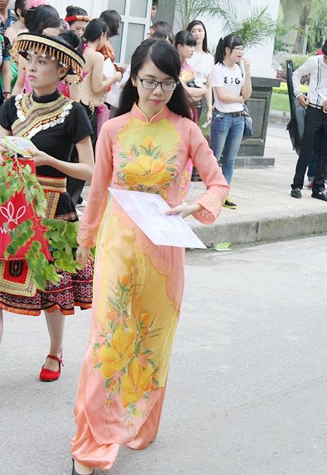 Áo dài là trang phục phổ biến của các thí sinh.