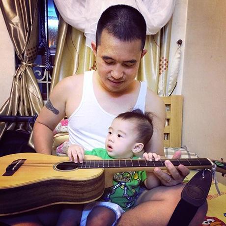 Anh Hiếu dạy các con mình làm quen với cây đàn từ bé