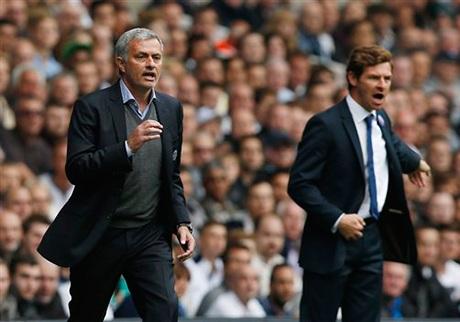 Mourinho và Villas bên đường pitch chỉ đạo các học trò
