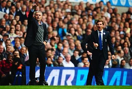 Trong khi Mourinho liên tục sử dụng tay để ra hiệu cho học trò thì Villas-Boas huýt sáo, hò hét