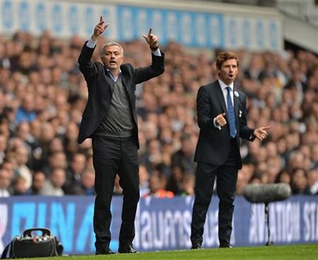 Essien là số ít các cầu thủ Chelsea ra chào Villas-Boas