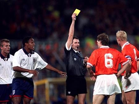 Ronald Koeman cuối cùng cũng đã phải nhận thẻ vàng, nhưng dường như quá muộn cho tuyển Anh