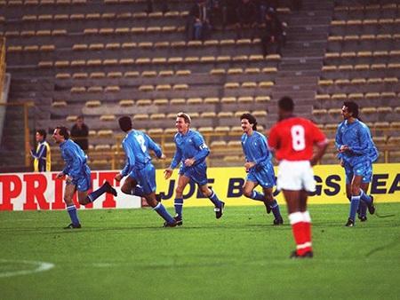 Dennis Bergkamp sút phạt thành bàn ấn định chiến thắng 2-0 cho Hà Lan
