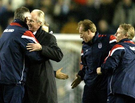 Beckham ăn mừng sau trận hòa không bàn thắng trên sân Thổ Nhĩ Kỳ năm 2003