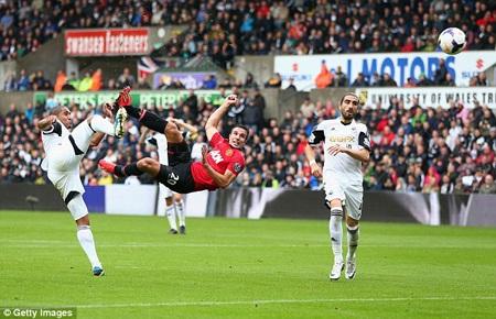 """Van Persie tiếp tục chứng tỏ phong độ săn bàn """"sát thủ"""" với cú đúp vào lưới Swansea"""