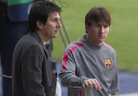 Messi và cha anh đang muốn đàm phán lại về mức lương với Barca